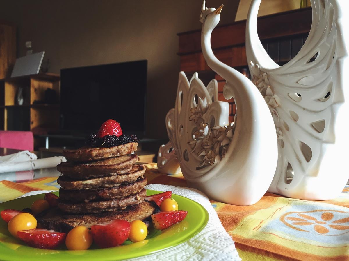 Petit-déjeuner sain : des pancakes et des fruits