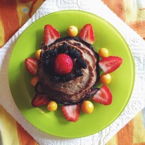 Des mûres, des fraises, du pok pok et des pancakes sains